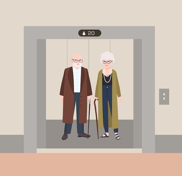 Velho e mulher sorrindo com bengalas em pé no elevador com as portas abertas