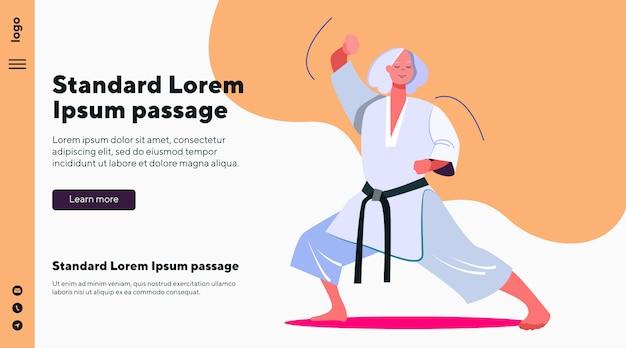 Velho professor de artes marciais fazendo demonstração