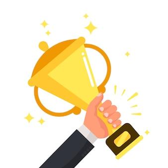 Vencedor competitivo bem sucedido, segurando a taça de ouro na mão.