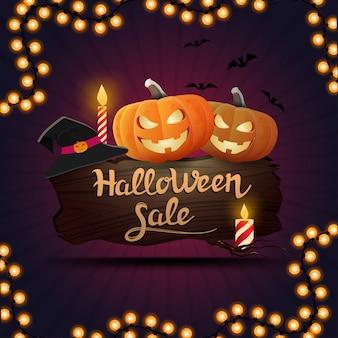 Venda de halloween, banner de desconto quadrado roxo com uma placa de madeira na qual se senta abóbora jack