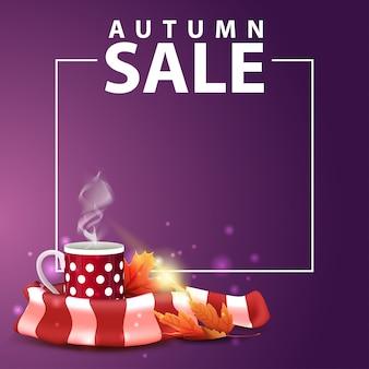 Venda de outono, banner web quadrado para seu site com uma caneca de chá quente e cachecol quente