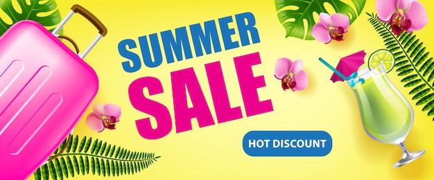Venda de verão, banner de desconto quente com folhas tropicais, flores, bebida gelada e estojo de viagem