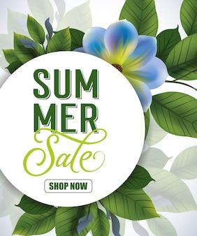 Venda de verão compre agora a rotulação. inscrição de temporada com flor azul e folhas.