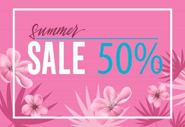 Venda de verão, folheto de cinquenta por cento com flores e formas de folha no fundo rosa.