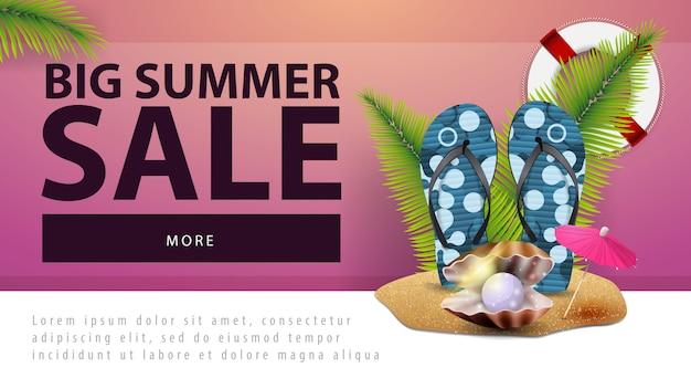 Venda de verão grande, banner de desconto web com flip-flops, pérola e folhas de palmeira