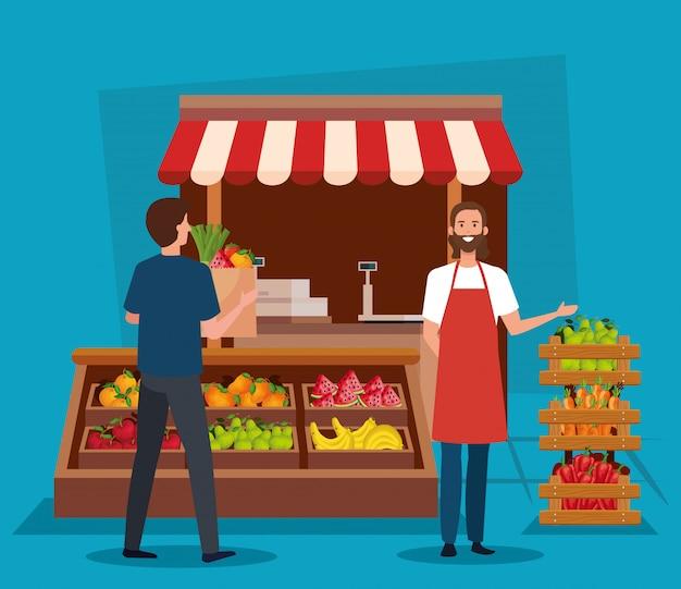 Vendedor e homem cliente com legumes frescos e produtos de frutas