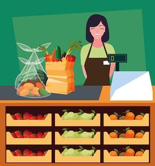 Vendedora com vitrine de loja com alimentos frescos