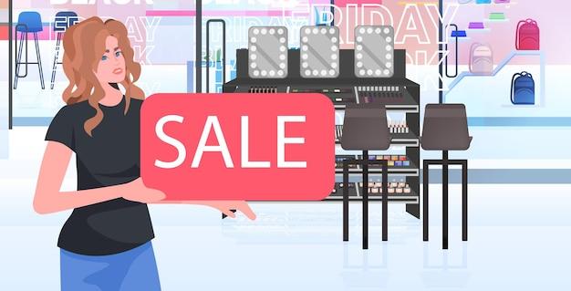 Vendedora segurando banner de venda loja de beleza conceito de sexta-feira negra retrato horizontal ilustração vetorial