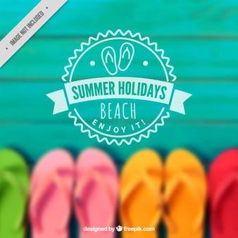 Verão fundo desfocado com chinelos coloridos