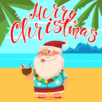 Verão papai noel na praia com palmeiras em shorts e uma camisa havaiana com um coquetel de coco na mão. feliz natal mão desenhar texto.