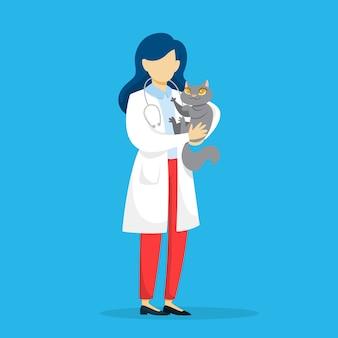 Veterinário de uniforme segurando um gato de estimação.