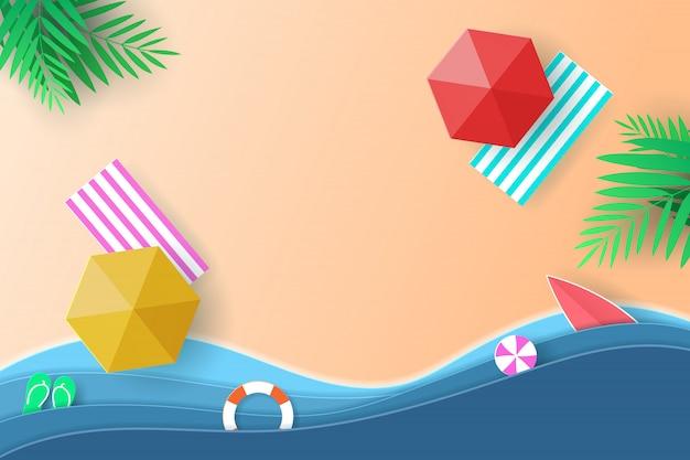 Vetor arte de papel e paisagem, estilo de artesanato digital para viagens, mar. vista superior praia fundo com guarda-chuvas, bolas, anel de natação, prancha de surf e coqueiro.