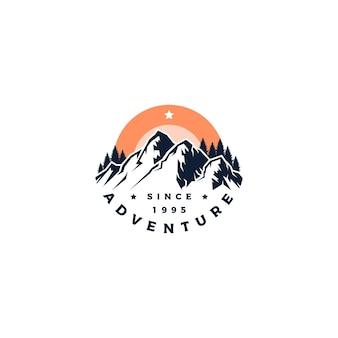 Vetor de design de logotipo de aventura na montanha