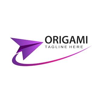 Vetor de design de modelo de logotipo de avião de papel origami em fundo isolado