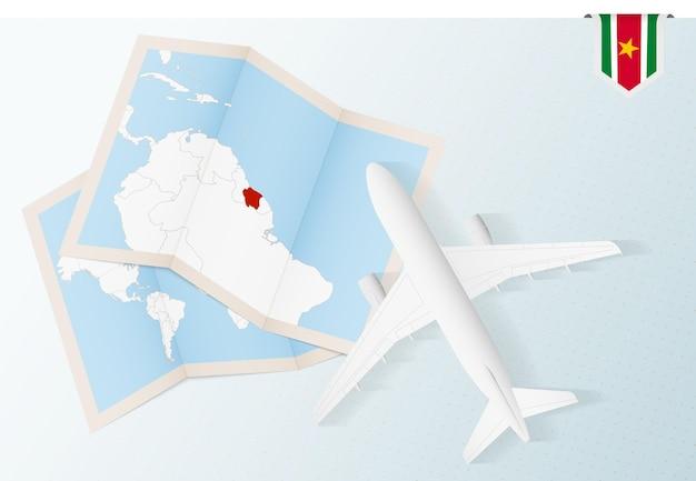Viagem ao suriname, avião com vista superior e mapa e bandeira do suriname.