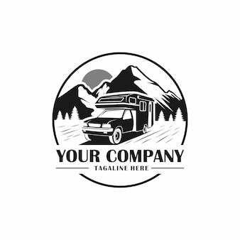 Viagem de campervan com logotipo de fundo de montanha