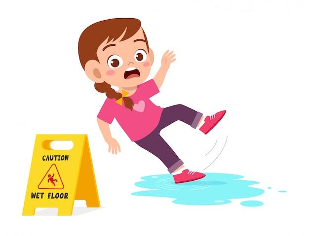 Viagem de menina bonito choque sobre o chão molhado