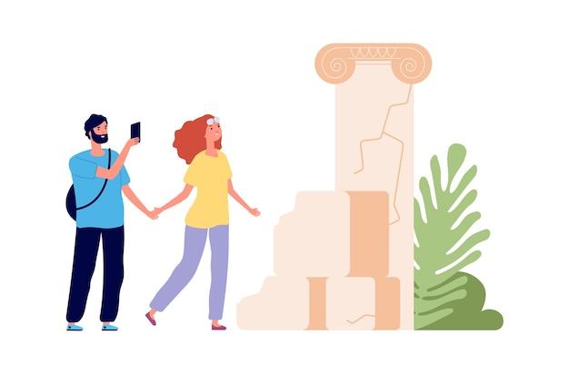 Viagem de turismo. os turistas observam ruínas antigas, o homem tira uma foto. viajantes de mulher homem, casal de desenhos animados juntos viajam ilustração vetorial. antigos passeios turísticos, atrações de férias e viagens