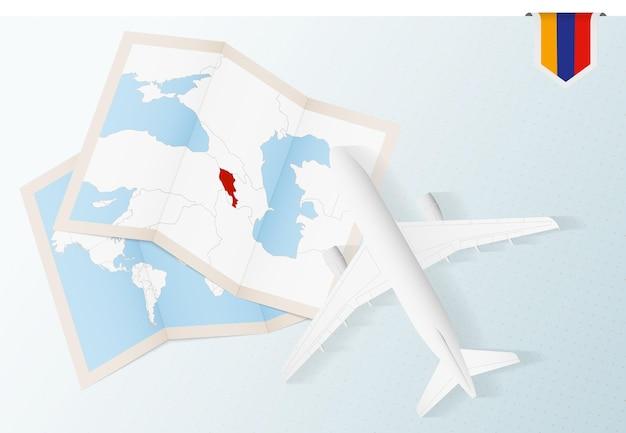 Viagem para a armênia, vista superior do avião com mapa e bandeira da armênia.