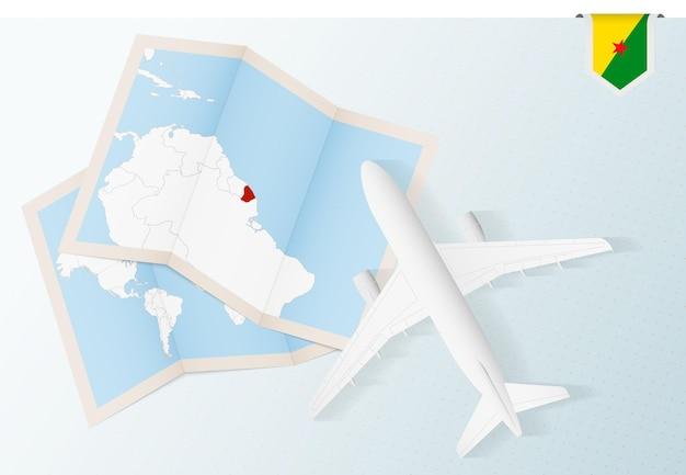Viagem para a guiana francesa, avião com vista superior e mapa e bandeira da guiana francesa.