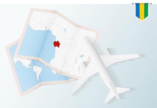 Viagem para o gabão, vista superior do avião com mapa e bandeira do gabão.