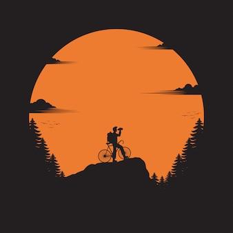 Viajante com bicicleta em pé olhando para o vale