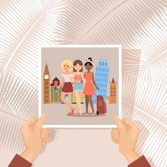 Viajante da foto das namoradas das férias, ilustração. garota de grupo no turismo da europa, foto de memória nas mãos do personagem.
