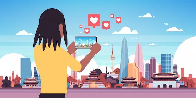 Viajante de mulher fotografando pagode chinês em smartphone