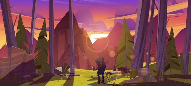Viajante na floresta com vista para as montanhas ao pôr do sol
