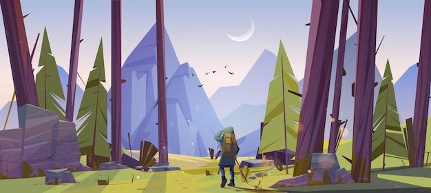 Viajante na floresta com vista para as montanhas pela manhã