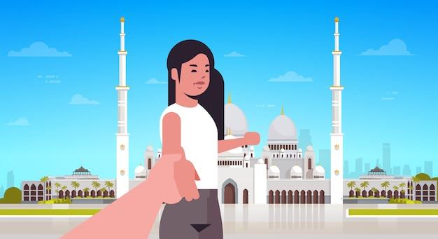 Viajantes tirando me seguem foto no fundo do edifício da mesquita de nabawi streaming ao vivo