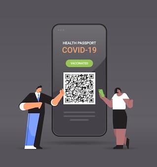 Viajantes usando passaporte digital de imunidade com código qr na tela do smartphone sem risco covid-19 pandemia de vacinação certificado conceito de imunidade a coronavírus ilustração vetorial de corpo inteiro