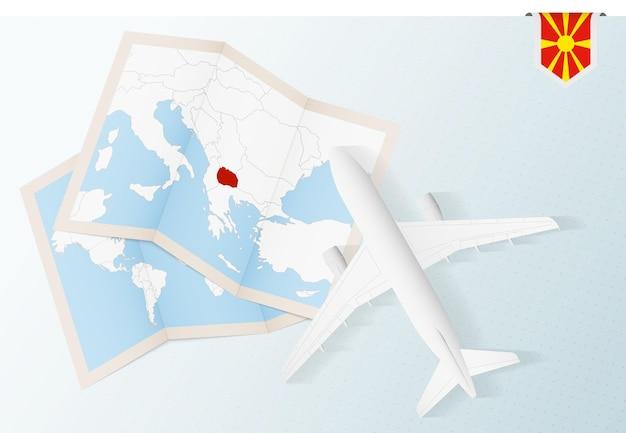 Viajar para a macedônia, vista superior do avião com mapa e bandeira da macedônia.