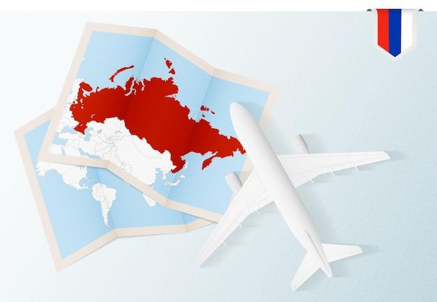 Viajar para a rússia, vista superior do avião com mapa e bandeira da rússia.