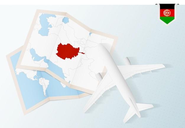 Viajar para o afeganistão, vista superior do avião com mapa e bandeira do afeganistão.