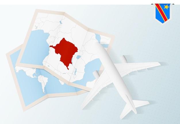 Viaje para a república democrática do congo, vista de cima do avião com mapa e bandeira da república democrática do congo.