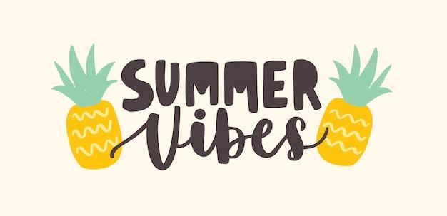 Vibrações de verão letras manuscritas com fonte caligráfica cursiva e decoradas por abacaxis. composição de verão na moda com frutas tropicais.