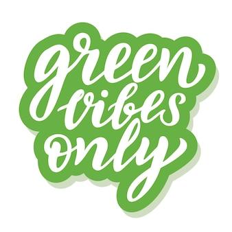 Vibrações verdes apenas - adesivo ecológico com slogan. ilustração vetorial isolada no fundo branco. citação de ecologia motivacional adequada para cartazes, design de camisetas, emblema de adesivo, impressão de sacola