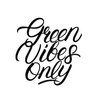 Vibrações verdes apenas mão escrita rotulação citação. frase de caligrafia moderna. conceito de estilo de vida ecológico.
