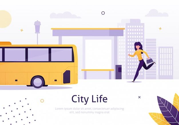 Vida na cidade com garota correndo para ônibus perto de parar.
