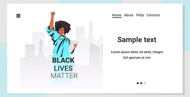 Vida negra importa mulher afro-americana segurando punho levantado campanha contra discriminação racial