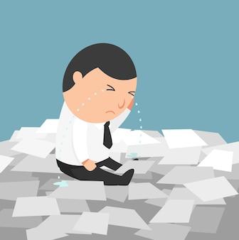 Vida ocupada de empresário - o homem chorando por ter que fazer muito trabalho.