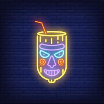 Vidro com palha e máscara de tiki. elemento de sinal de néon. anúncio brilhante da noite