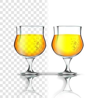 Vidro realista com sidra de maçã ou cerveja