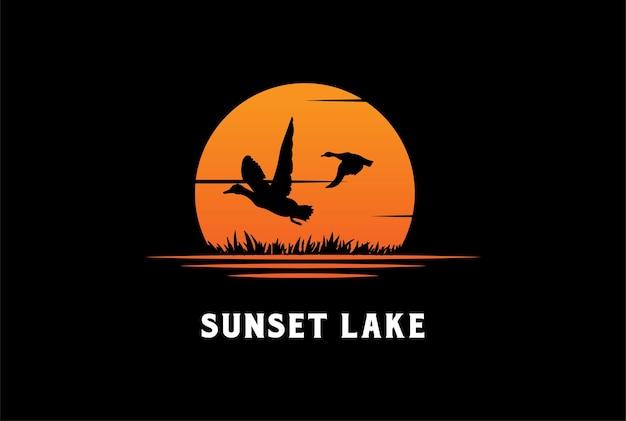 Vintage retrô sunset lake river creek com vetor de design de logotipo de ganso de pato voador