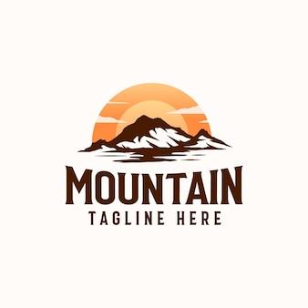 Vintage sunrise mountain pine tree árvore perene para aventura ao ar livre modelo de design de logotipo