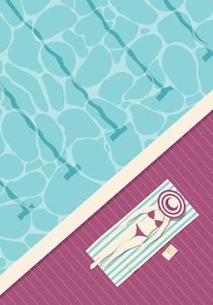 Visão aérea de uma mulher de biquíni, descansando na beira de uma piscina em um resort de luxo.