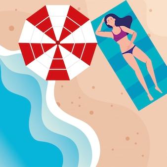Vista aérea, mulher com maiô deitado bronzeamento na praia, temporada de férias de verão
