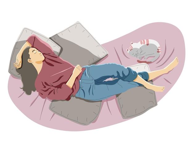 Vista de cima de uma mulher sorridente relaxando dormindo no sofá em casa