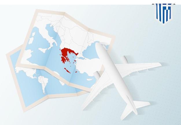 Vista de cima do avião com mapa e bandeira da grécia